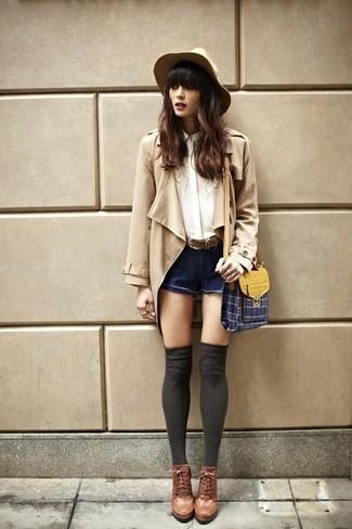 Come indossare: trench marrone chiaro, blusa abbottonata di seta bianca, pantaloncini di jeans blu scuro, stivaletti con lacci in pelle marroni