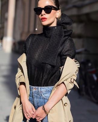 Come indossare e abbinare: trench marrone chiaro, camicetta manica lunga nera, jeans blu, occhiali da sole neri