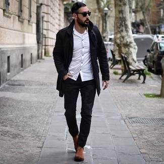 Come indossare e abbinare: trench nero, camicia a maniche lunghe bianca, canotta bianca, jeans strappati neri