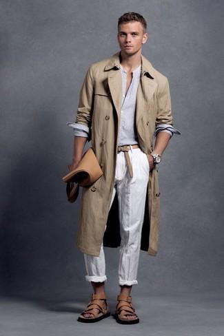 Potresti indossare un trench e pantaloni chino bianchi per un look da sfoggiare sul lavoro. Abbina questi abiti a un paio di sandali in pelle marrone chiaro.