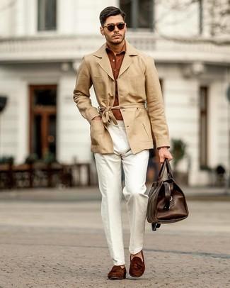 Come indossare e abbinare un borsone in pelle marrone scuro: Abbina un trench di lino marrone chiaro con un borsone in pelle marrone scuro per un look comfy-casual. Abbellisci questo completo con un paio di mocassini con nappine in pelle scamosciata marrone scuro.