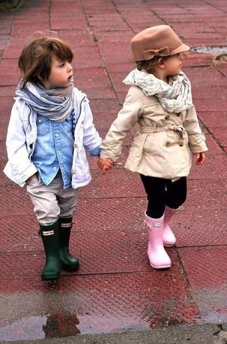 Come indossare e abbinare: trench bianco, camicia a maniche lunghe di jeans azzurra, jeans grigi, stivali di gomma verde scuro