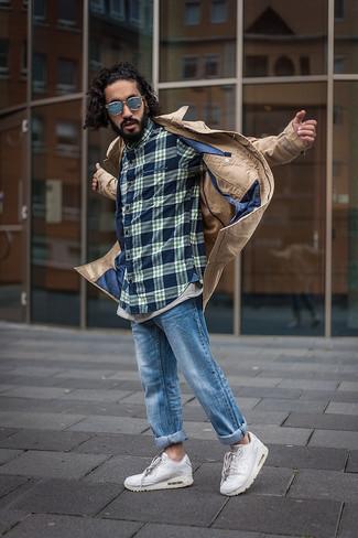 Come indossare e abbinare: trench marrone chiaro, camicia a maniche lunghe scozzese blu scuro, jeans blu, scarpe sportive bianche