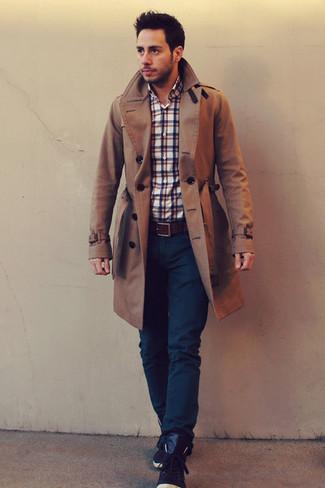 Come indossare: trench marrone, camicia a maniche lunghe scozzese bianca e rossa e blu scuro, jeans blu scuro, sneakers alte in pelle marrone scuro