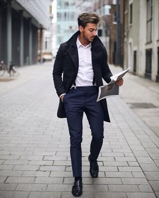 Moda uomo anni 20: Potresti abbinare un trench nero con pantaloni eleganti a righe verticali blu scuro per un look elegante e di classe. Scarpe double monk in pelle nere sono una valida scelta per completare il look.