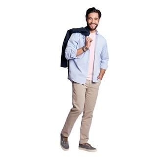 Come indossare e abbinare: trench blu scuro, camicia a maniche lunghe azzurra, t-shirt girocollo rosa, chino beige