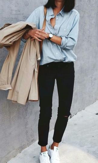 Quale camicia di jeans indossare con sneakers basse bianche