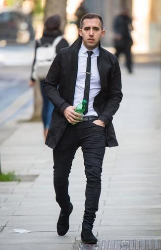 Come indossare e abbinare jeans aderenti neri: Prova ad abbinare un trench nero con jeans aderenti neri per vestirti casual. Aggiungi un paio di stivali eleganti in pelle scamosciata neri al tuo look per migliorare all'istante il tuo stile.