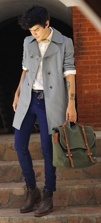 Come indossare: trench grigio, camicia elegante bianca, jeans blu scuro, stivali eleganti in pelle marrone scuro