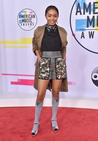 Trend da donna 2020 quando fa caldo: Indossa un trench marrone e pantaloncini decorati grigi per un look semplice, da indossare ogni giorno. Sandali con tacco in pelle argento sono una validissima scelta per completare il look.