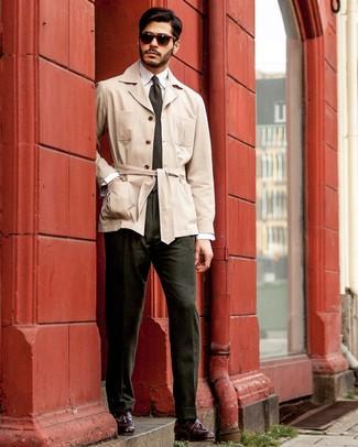 Come indossare e abbinare: trench beige, camicia elegante bianca, pantaloni eleganti verde scuro, mocassini con nappine in pelle bordeaux