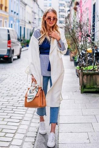 Come indossare e abbinare una camicia elegante in chambray azzurra in autunno 2020: Scegli una camicia elegante in chambray azzurra e jeans blu per affrontare con facilità la tua giornata. Mettiti un paio di sneakers basse bianche per un tocco più rilassato. Questo, ovviamente, è il look splendido per questo autunno.
