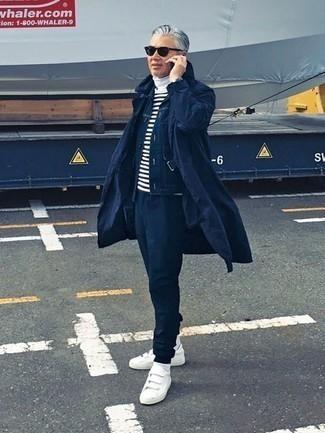 Come indossare e abbinare una camicia giacca blu scuro: Coniuga una camicia giacca blu scuro con pantaloni sportivi blu scuro per un look semplice, da indossare ogni giorno. Sneakers basse di tela bianche sono una interessante scelta per completare il look.