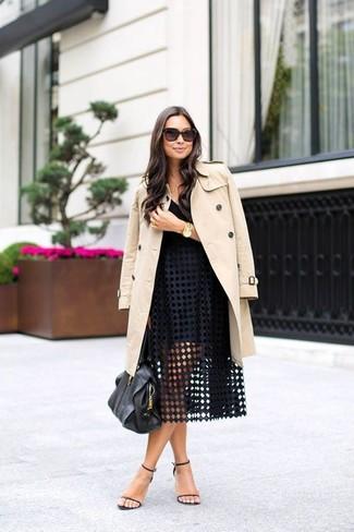 Look alla moda per donna: Trench beige, Canotta nera, Gonna a ruota con occhielli nera, Sandali con tacco in pelle neri