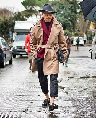 Come indossare e abbinare: trench marrone chiaro, cardigan con collo a scialle bordeaux, t-shirt girocollo nera, chino di lana grigio scuro