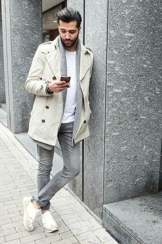 Come indossare e abbinare jeans grigi: Abbina un trench beige con jeans grigi per un look elegante ma non troppo appariscente. Per distinguerti dagli altri, mettiti un paio di scarpe sportive bianche.
