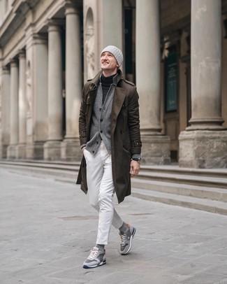 Come indossare e abbinare: trench marrone, cardigan grigio, dolcevita grigio scuro, jeans bianchi