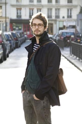 Mostra il tuo stile in un trench con jeans grigio scuro per un look da sfoggiare sul lavoro.