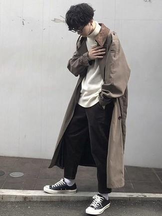Come indossare e abbinare chino marrone scuro: Vestiti con un trench marrone chiaro e chino marrone scuro per un abbigliamento elegante ma casual. Per un look più rilassato, indossa un paio di sneakers basse di tela nere e bianche.