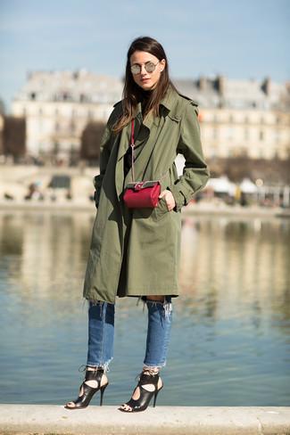 Come indossare e abbinare: trench verde oliva, dolcevita nero, jeans strappati blu, sandali con tacco in pelle neri