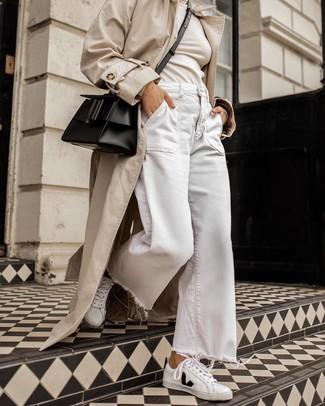 Come indossare: trench beige, dolcevita beige, pantaloni larghi di jeans bianchi, sneakers basse in pelle bianche e nere