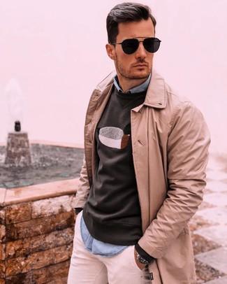 Come indossare e abbinare: trench marrone chiaro, felpa stampata nera, camicia a maniche lunghe in chambray azzurra, chino bianchi