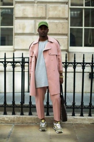 Come indossare e abbinare: trench rosa, felpa grigia, chino rosa, scarpe sportive in pelle scamosciata verde oliva
