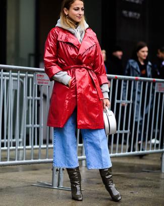 Come indossare e abbinare: trench in pelle rosso, felpa con cappuccio grigia, gonna pantalone di jeans azzurra, stivali al ginocchio in pelle verde oliva