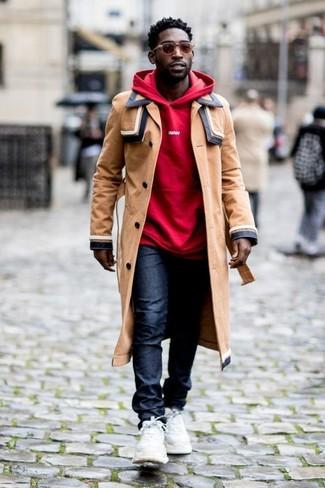 Come indossare e abbinare: trench marrone chiaro, felpa con cappuccio rossa, jeans blu scuro, scarpe sportive bianche