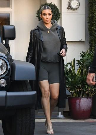 Come indossare: trench in pelle nero, felpa con cappuccio grigio scuro, pantaloncini ciclisti grigio scuro, sabot di gomma trasparenti