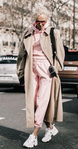 Come indossare: trench beige, felpa con cappuccio rosa, pantaloni sportivi rosa, scarpe sportive bianche
