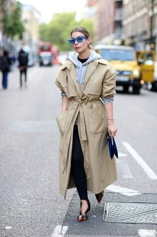 Come indossare: trench beige, felpa con cappuccio grigia, t-shirt girocollo nera, leggings neri