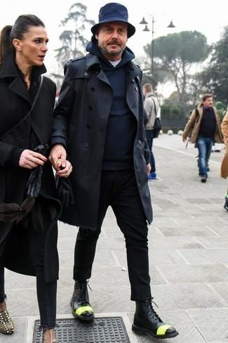 Come indossare e abbinare chino neri: Scegli un outfit composto da un trench blu scuro e chino neri se preferisci uno stile ordinato e alla moda. Perfeziona questo look con un paio di stivali casual in pelle neri.