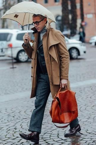Come indossare: trench marrone, giacca da moto in pelle nera, dolcevita grigio, pantaloni eleganti di lana grigio scuro