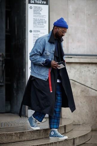 Come indossare: trench nero, giacca di jeans blu, felpa blu scuro, t-shirt girocollo bianca