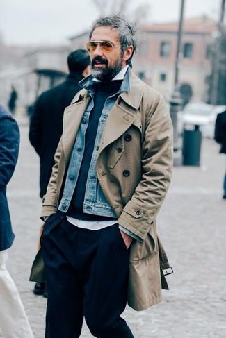 Come indossare e abbinare: trench marrone chiaro, giacca di jeans blu, maglione girocollo blu scuro, camicia a maniche lunghe bianca