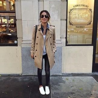 Look alla moda per donna: Trench marrone chiaro, Giacca di jeans blu, T-shirt con scollo a v bianca, Jeans aderenti strappati neri