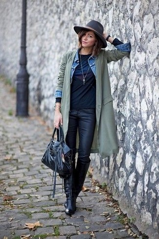 Come indossare: trench leggero verde oliva, giacca di jeans azzurra, t-shirt manica lunga stampata nera, jeans aderenti in pelle neri