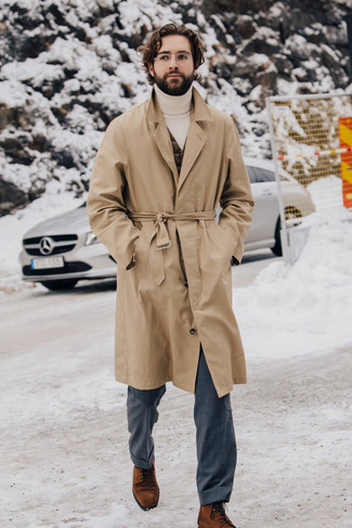 Come indossare e abbinare un dolcevita bianco: Punta su un dolcevita bianco e pantaloni eleganti grigi come un vero gentiluomo. Scegli un paio di stivali eleganti in pelle scamosciata terracotta per dare un tocco classico al completo.