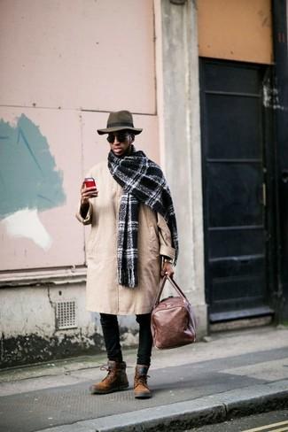 Come indossare e abbinare: trench marrone chiaro, jeans aderenti neri, stivali casual in pelle scamosciata terracotta, borsone in pelle marrone