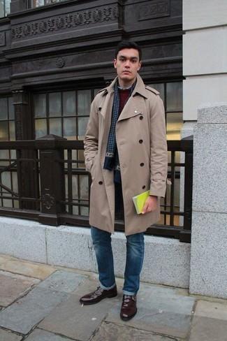 Trend da uomo 2020: Potresti indossare un trench beige e jeans blu per un drink dopo il lavoro. Lascia uscire il Riccardo Scamarcio che è in te e opta per un paio di scarpe monk in pelle bordeaux per dare un tocco di classe al tuo look.