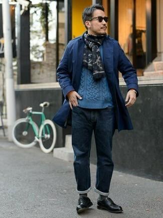 Perfeziona il look smart casual con un trench e jeans blu scuro. Abbellisci questo completo con un paio di scarpe derby in pelle nere.