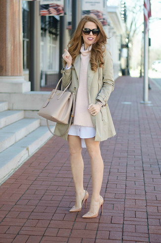 Come indossare: trench beige, maglione con scollo a cappuccio beige, vestito chemisier bianco, décolleté in pelle beige
