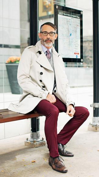 Questa combinazione di un trench e pantaloni chino bordeaux è perfetta per una serata fuori o per occasioni smart-casual. Completa questo look con un paio di scarpe derby in pelle marroni.