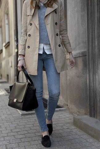 Look alla moda per donna: Trench beige, Maglione con scollo a v grigio, Camicia elegante bianca, Jeans blu