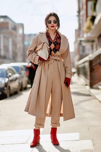 Come indossare: trench beige, maglione con scollo a v a rombi rosso, pantaloni larghi beige, stivaletti in pelle rossi