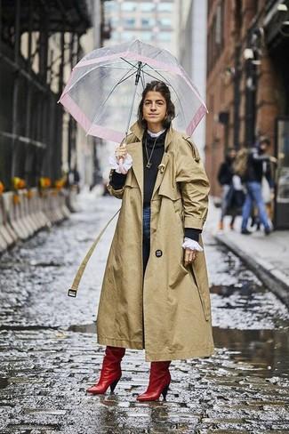 Come indossare: trench marrone chiaro, maglione girocollo nero, camicetta manica lunga con volant bianca, jeans aderenti blu