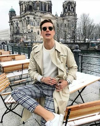 Come indossare: trench beige, maglione girocollo bianco, chino scozzesi grigi, sneakers basse in pelle bianche