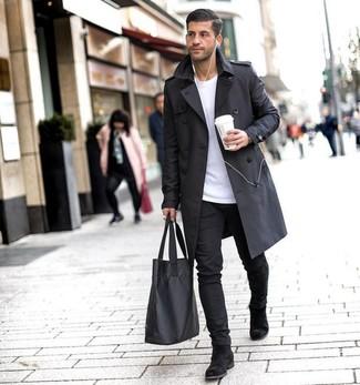 Trend da uomo 2020: Opta per un trench nero e chino neri se cerchi uno stile ordinato e alla moda. Opta per un paio di stivali chelsea in pelle scamosciata neri per dare un tocco classico al completo.