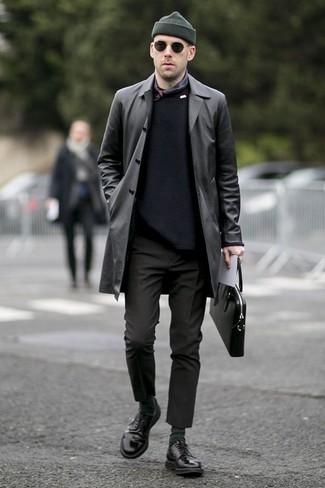 Trend da uomo: Indossa un trench in pelle nero con chino neri per un drink dopo il lavoro. Completa il tuo abbigliamento con un paio di scarpe derby in pelle nere.